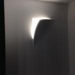 eine halbversenke Leuchte für Wand und Decke